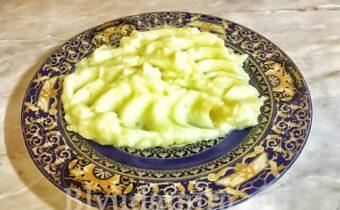 Картофельное пюре на тарелке