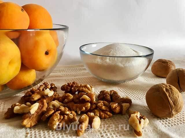 абрикосы и грецкие орехи