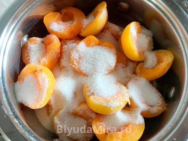 Абрикосы, пересыпанные сахаром