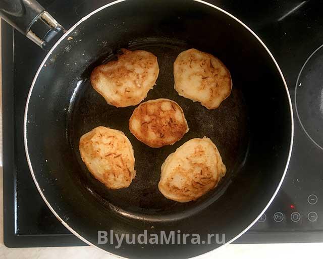 Жарим кабачковые оладушки