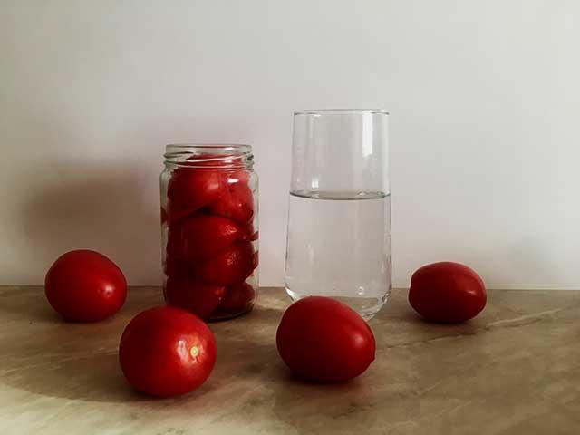 Дольки помидор в банке