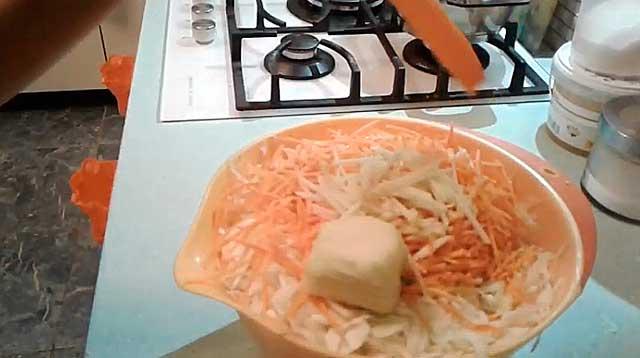 Измельченные капуста, морковь и яблоки