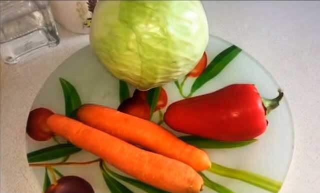 Капуста, перец и морковь на тарелке