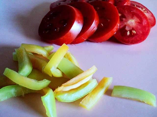 Порезанные помидоры и перец