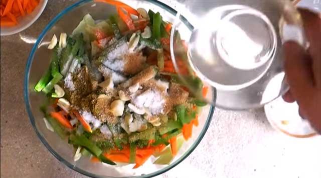 Заливаем овощи уксусом