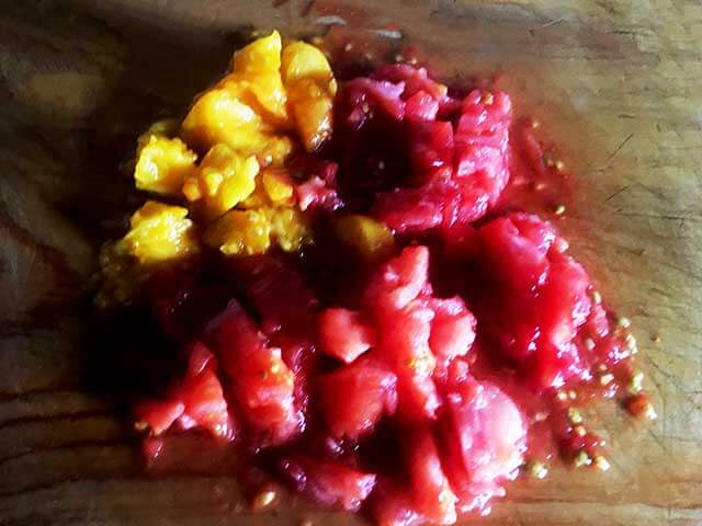 Очищенные и порезанные помидоры