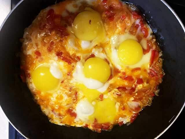 Томаты залитые яйцом