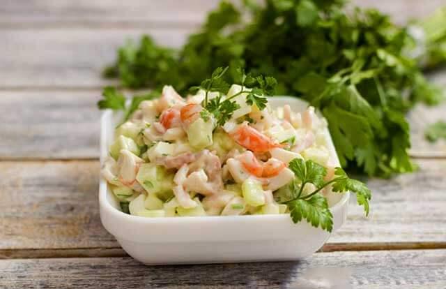 Салат с кальмарами, креветками, грибами и огурцами