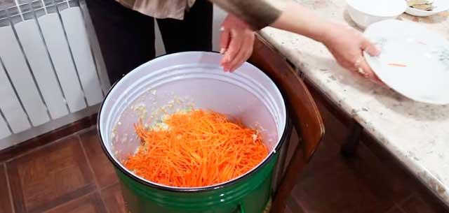 Капуста с морковью в ведре