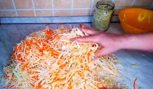 Смешиваем капусту с морковью