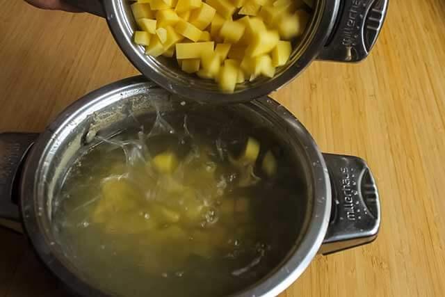 Опускаем картофель в бульон
