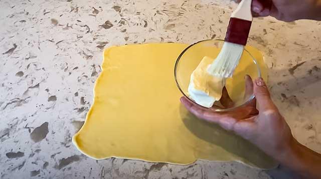 Тесто смазываем маслом