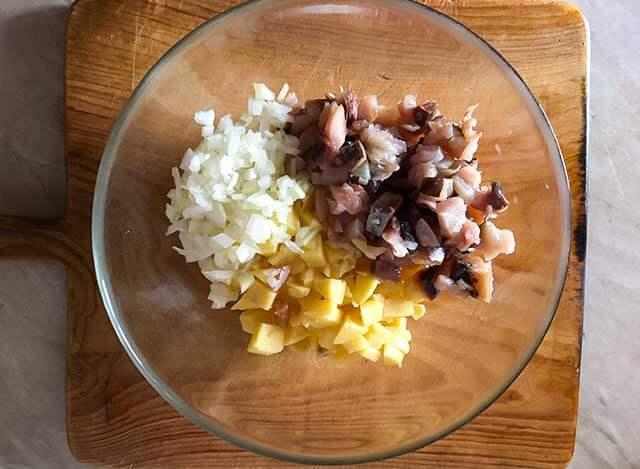 Картофель, скумбрия и лук