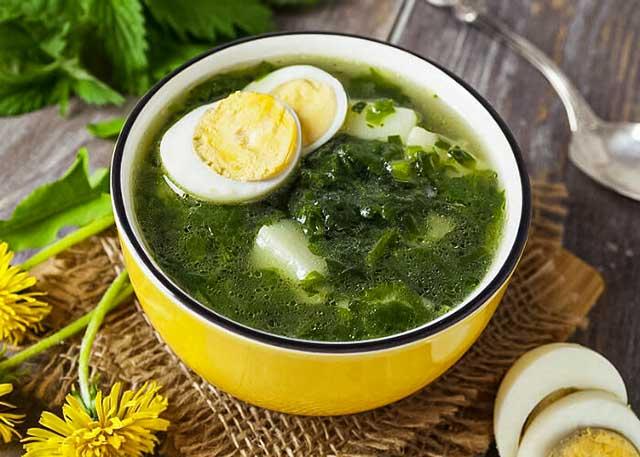Суп с крапивой и тушенкою