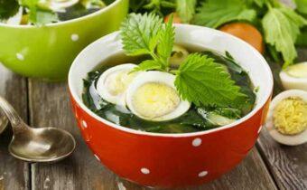 Суп из крапивы в тарелке