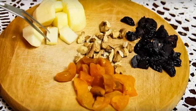 Сухофрукты и яблоко