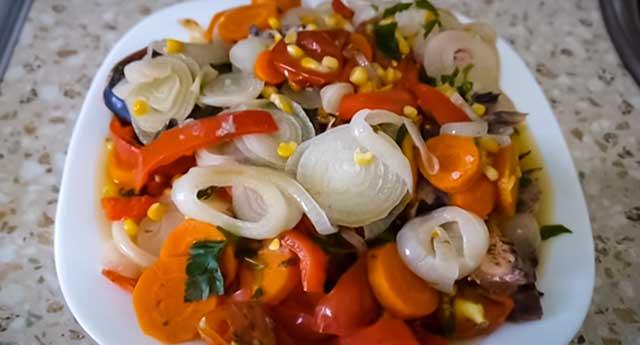 Горбуша под овощами