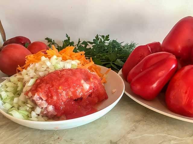 Фарш, морковь, лук, томаты