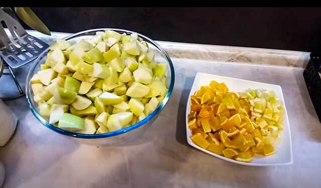 Нарезанные яблоки и апельсины